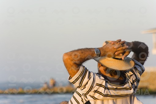 Hombre tomando el sol,Cartgena,Bolivar / Man sunbathing,Cartagena,Bolivar
