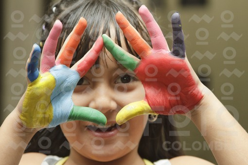 Niña con manos pintadas / Girl with painted hands