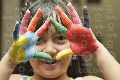 Niña con manos pintadas / Girl with painted hands