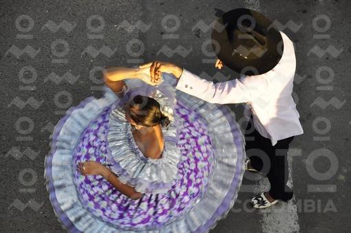 Hombre y mujer bailando joropo,Arauca / man and women dancing joropo,Arauca