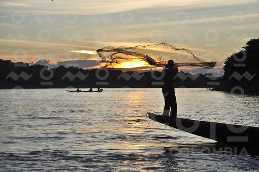 Pescador al atardecer en el río Arauca / Fisherman at sunset on the river Arauca