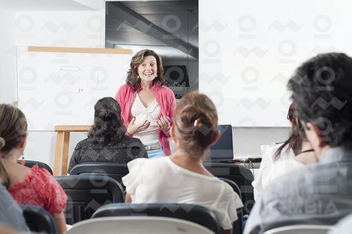 Mujer dando una conferencia / Woman giving a conference