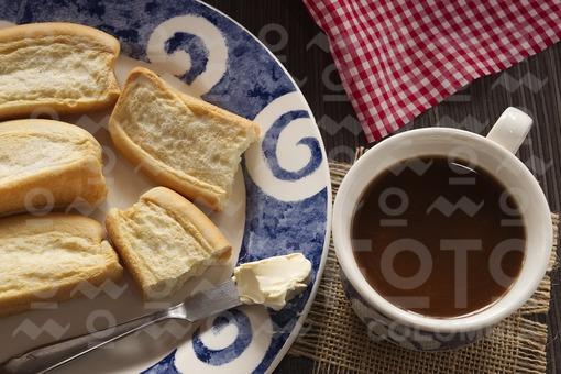 Algo colombiano con tostadas y chocolate